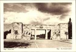 Postcard Riga Lettland, Bralu kapi, Der Brüderfriedhof, Eingangstor
