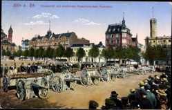Postcard Köln am Rhein, Neumarkt mit eroberten französischen Kanonen, Zuschauer
