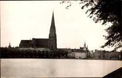 Foto Ak Schwerin in Mecklenburg Vorpommern, Blick vom Wasser zur Kirche