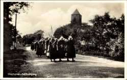 Ak Staphorst Overijssel Niederlande, Kerkuitgang, Frauen auf Weg von der Kirche