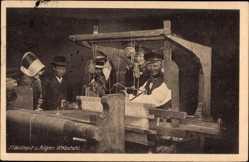 Postcard Binz auf Rügen, Webstuhl und Weber vom Mönchgut, Rüganer Tracht
