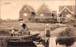 Postcard Marken Nordholland, Bauernhäuser, Frau mit Kindern am Flussufer
