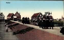 Postcard Marken Nordholland, Niederländer in Trachten, Wall