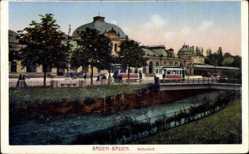 Postcard Baden Baden, Blick auf den Bahnhof, Flusspartie, Straßenbahnen