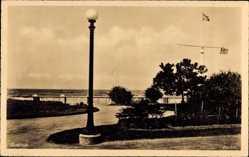 Postcard Guarujá Brasilien, Gartenanlage am Wasser, Laterne, Mast mit Fahnen