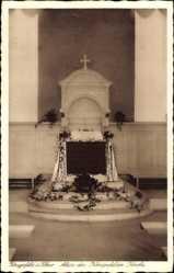 Postcard Königsfeld Schwarzwald, Kirche, Innenansicht, Altar, Gestecke, Kreuz