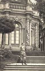 Foto Ak Bayreuth, Dame vor Gebäude, Kleid, Säulen, Freitreppe