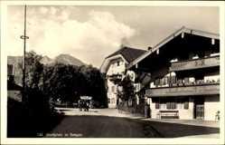 Foto Ak Bergen, Blick auf den Dorfplatz, Gutshaus, Balkon, Straßenpartie, Pferde
