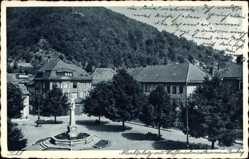 Postcard Suhl in Thüringen, Marktplatz mit Waffenschmiedbrunnen und Domberg