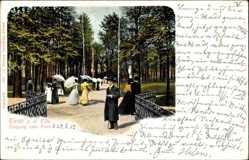 Postcard Riesa an der Elbe Sachsen, Spaziergänger am Eingang zum Park