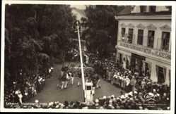 Postcard Leksand Schweden, Majstangen reses, Maibaum, Manufaktur Carl Ohlson