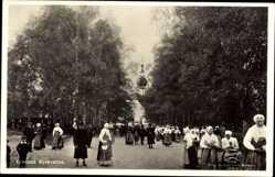 Postcard Leksand Schweden, Kyrkvallen, Kirchgang, Sonntagstrachten