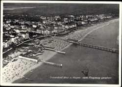 Postcard Binz auf Rügen, Totalansicht der Ortschaft, Seebrücke, Fliegeraufnahme