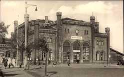 Postcard Pasewalk in Mecklenburg Vorpommern, Blick auf den Bahnhof, Passanten