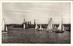 Postcard Kiel in Schleswig Holstein, Bei Segelwetter auf dem Hafen, Kriegsschiff
