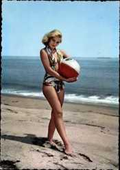 Ak Blondine in Badekleid am Strand, Barfuß, Sand, Wellen