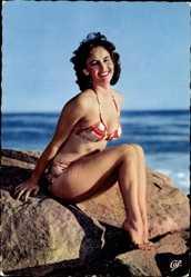 Ak Junge Frau in Badekleid am Strand, Beine, Meer