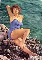Ak Rothaarige Frau in Badekleid am Strand, Beine, Po