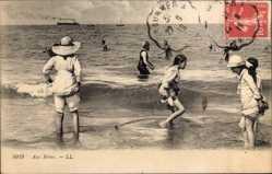 Ak Frankreich, Aux Bains, Kinder baden am Strand