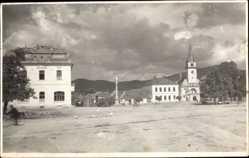 Foto Ak Nové Zámky Neuhäus Slowakei, Blick auf einen Platz mit Kirche, Denkmal