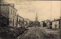 Postcard Pierrepont Meurthe et Moselle, Straßenpartie im Ort, Kirche