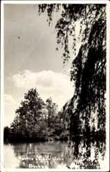 Foto Ak Dachau, Partie an der Wehr, Gewässer, Bäume, Himmel, Wolken