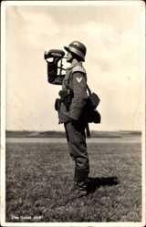Postcard Das Ganze halt, Soldat, Trompeter, Pistolentasche, Helm,Stiefel,Rangabzeichen