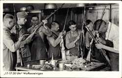 Postcard Deutsche Wehrmachtsoldaten beim Waffenreinigen, Gewehre