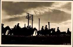Postcard Deutsche Wehrmacht, Abendstimmung, Reiter auf dem Marsch in die Quartiere