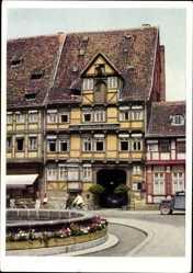 Postcard Quedlinburg im Harz, Alter Brunnen und Fachwerkhäuser, Zur goldenen Sonne