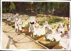 Ak Im Spreewald, Spreewälderinnen in Trachten, Gondeln am Ufer