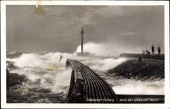 Ak Kołobrzeg Kolberg Pommern, Mole bei schwerem Sturm, Signalturm