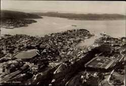 Postcard Bergen Norwegen, Fliegeraufnahme der Stadt, Meerblick