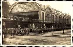 Postcard Dresden, Leipziger Bahnhof,Trauermarsch,König Friedrich August III. v Sachsen