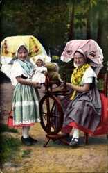 Ak Spreewald, Zwei Mädchen in Landestrachten am Spinnrad, Puppe