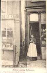 Postcard Delfshaven Südholland, Rietmakerssteeg, Frau vor einem Geschäft