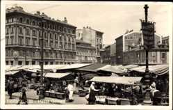 Postcard Triest Friuli Venezia Giulia, Piazza Goldoni, Marktplatz, Händler