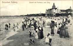 Postcard Kołobrzeg Kolberg Pommern, Strand mit Kurhaus und Steg, Strandbesucher