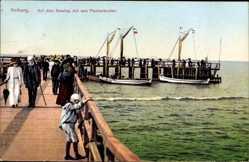 Postcard Kołobrzeg Kolberg Pommern, Auf dem Seesteg mit den Fischerbooten