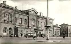 Postcard Bernburg an der Saale Salzlandkreis, Blick auf den Bahnhof, Straßenseite