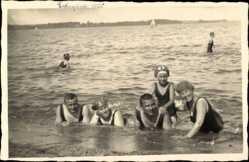 Foto Ak Eckernförde in Schleswig Holstein, Gruppenfoto von Menschen im Badeanzug