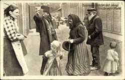 Ak Ostpreußen, Veteran mit seiner Familie auf der Flucht, Kriegsflüchtlinge