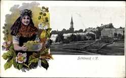 Ak Schöneck im Vogtland Sachsen, Frau in Tracht, Blick auf den Ort
