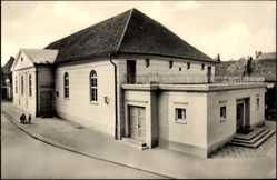 Postcard Güstrow, Blick auf das Ernst Barlach Theater, Straßenpartie, Dachterrasse
