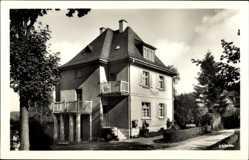 Postcard Bad Brambach im Vogtland, Straßenpartie mit Blick auf Haus Asgard