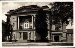 Ak Bernburg an der Saale Salzlandkreis, Straßenpartie mit Blick auf Stadttheater