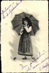 Ak Frau in Elsässer Tracht, Flügelhaube, Regenschirm