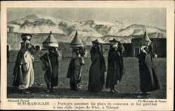 Postcard Marokko, Porteurs amenant les plats de couscous et les galettes a une diffa