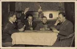 Ak Vier rauchende Männer beim Kartenspiel, Pfeife, Zigarette