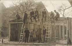 Foto Ak Tischler beim Hausbauen, Baustelle, Leiter, Pfeife